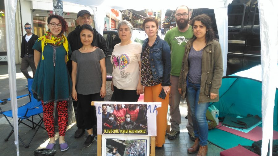 Barış İçin Kadın Girişimi: Nuriye Gülmen ve Semih Özakça için Khalkedon Meydanı'nda nöbetteyiz