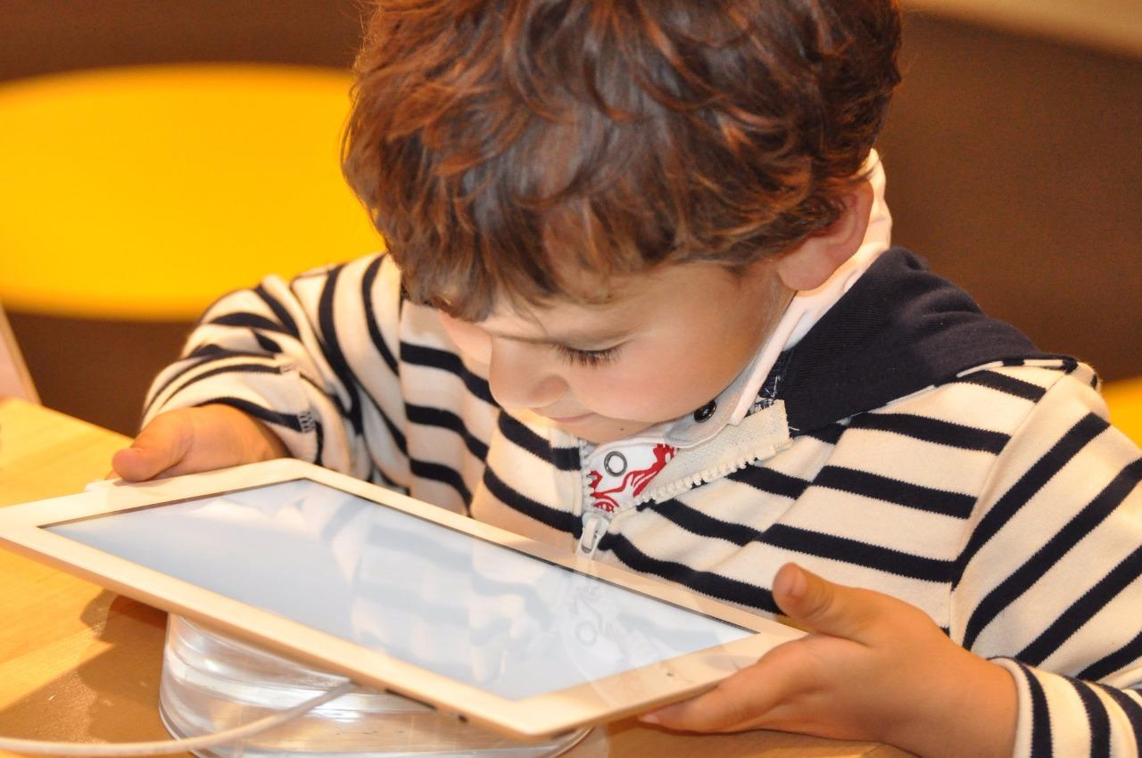 Yasaklama yönlendir: Ailelere dijital medya eğitimi