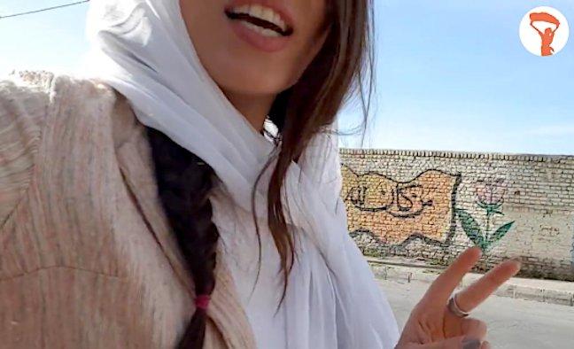"""İran'da kadınların başlarını örtme zorunluluğuna karşı çıkan kadınlar """"Beyaz Çarşamba""""yı başlattı"""
