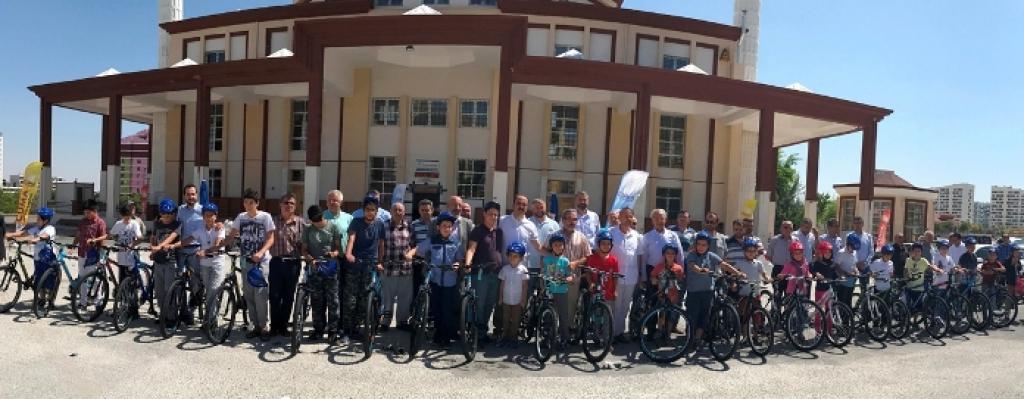Selçuklulu çocukların bisiklet sevinci