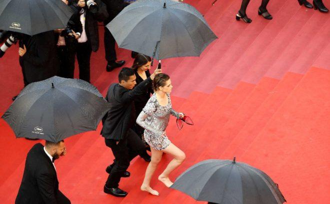 """Kristen Stewart Kırmızı Halıda Çıplak Ayakla Yürüyerek """"Topuksuz Ayakkabı"""" Yasağını Protesto Etti"""