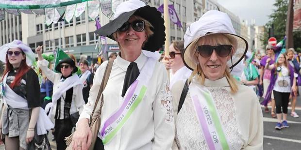 Birleşik Krallık'ta Binlerce Kişi Kadınların Oy Hakkı Kazanmasının Yüzüncü Yıldönümünü Kutlamak İçin Yürüyor