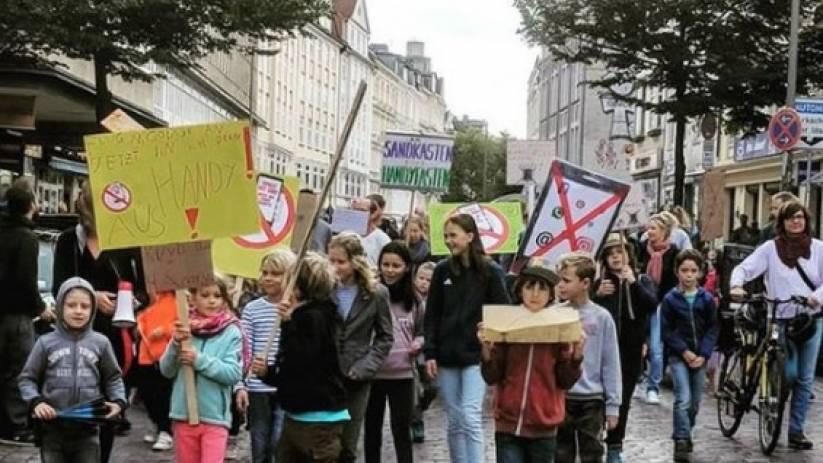 Çocuklardan Telefonla Uğraşan Ebeveynlere Karşı Yürüyüş