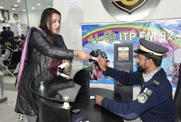 İslamabad'da İlk Kez Bir Transgender Vatandaş Adına Sürücü Belgesi Düzenlendi