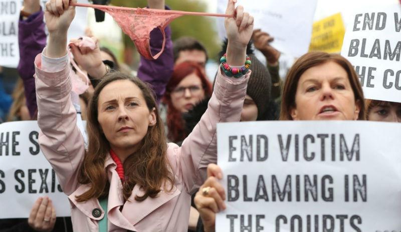 """İrlandalı Kadınlardan """"'Dantelli Tanga' Giymek Tecavüz Sanığını Nasıl Beraat Ettirir"""" İsyanı"""