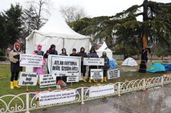 """İBB Önündeki Yaşam Nöbeti Yağmur Altında Sürüyor: <br>""""Zulme Son Verilsin"""""""